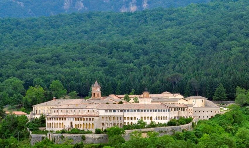 Η μεγάλη των λαϊκιστών σχολή σε ιστορικό μοναστήρι